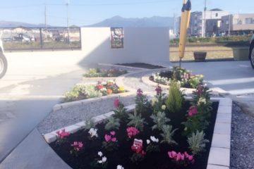 アイアン素材ディズ二ーフェンスとお花で彩り